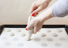 How to pipe macarons // FoodNouveau.com