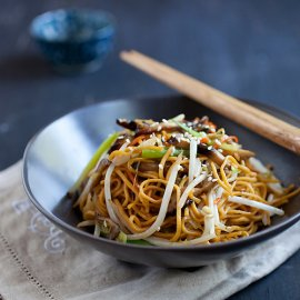 Vegetable chow mein – vegan friendly, easy, healthy, quick, and dinner is ready in 15 minutes. Learn this simple recipe at rasamalaysia.com | rasamalaysia.com
