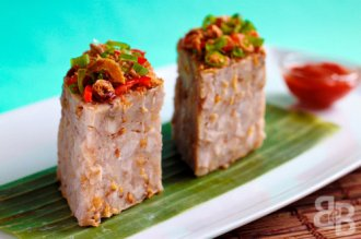 Yam Cake Recipe (Or Kuih) recipe - This is basically a steamed cake made from yam pieces, dried prawns and rice flour. It is then topped with deep fried shallots, spring onions, chillis and dried prawns, and usually served with a chilli dipping sauce. | rasamalaysia.com